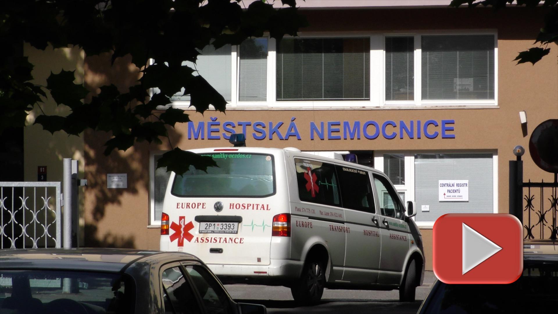 Lékař spěchal k pacientovi v bezvědomí, nedočkavý řidič mu přejel nohu
