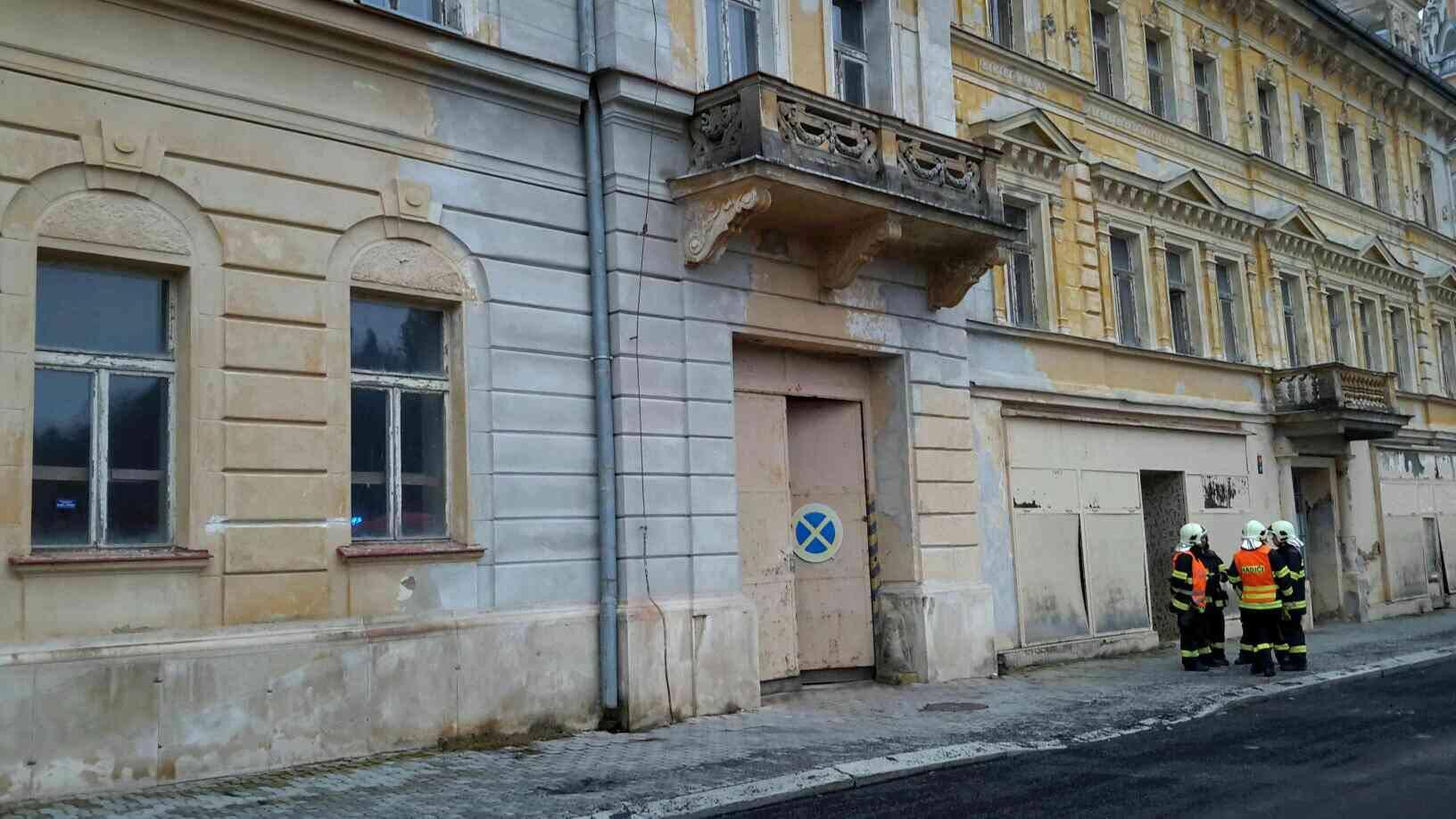 V bývalém hotelu Kavkaz na Geothově náměstí se zřítil strop